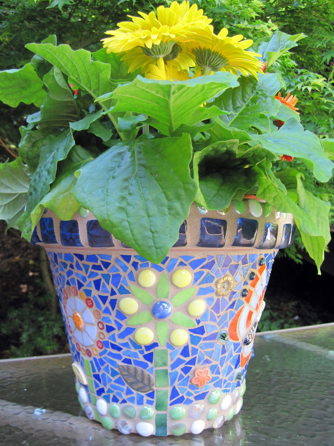 Mosaic flower pots q is for quilter for Pot decoration pictures